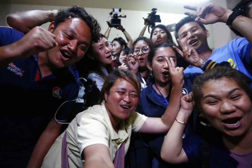 Pekerja media dari berbagai negara bersorak girang saat mengetahui ke-13 orang yang terjebak di gua berhasil diselamatkan, Selasa (10/7).