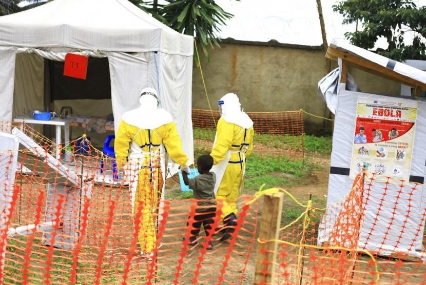 Pekerja medis menggandeng seorang anak laki-laki yang terpapar virus ebola di pusat rehabilitasi Ebola di Beni, Kongo Timur. (ilustrasi)