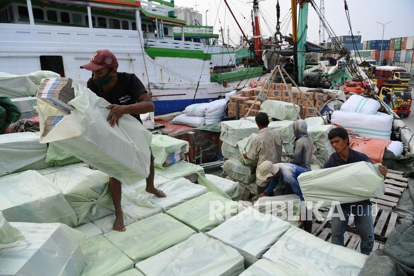 Pekerja melakukan aktivitas bongkar muat di Pelabuhan Sunda Kelapa, Jakarta. Hari ini pekerja di pelabuhan mulai menjalani vaksinasi Covid-19 secara massal  (ilustrasi)