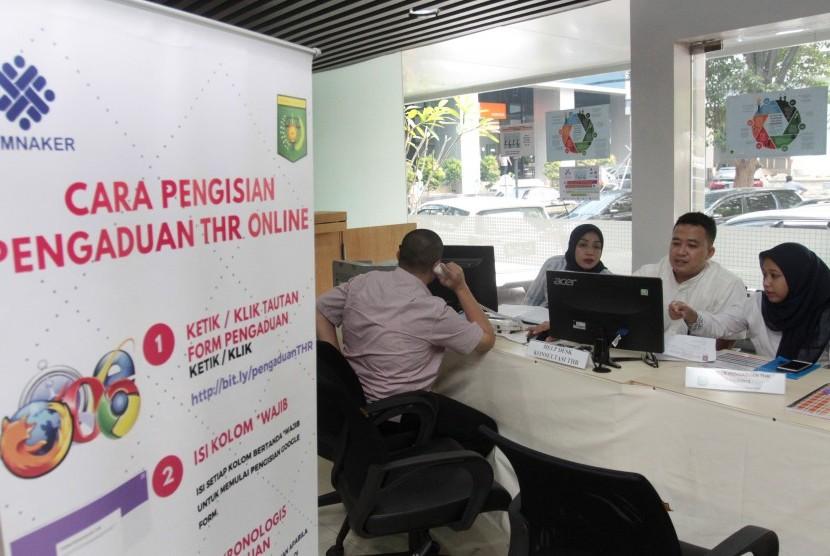 Pekerja melakukan konsultasi di Posko Pengaduan THR Online di Kantor Kementerian Ketenagakerjaan di Jakarta, Selasa (21/5/2019).