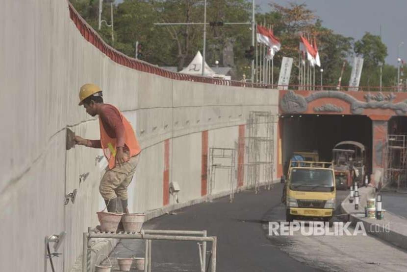 Pekerja melakukan pekerjaan tahap akhir pembangunan Underpass Simpang Tugu Ngurah Rai, Bali, Senin (27/8). Pembangunan Underpass yang terletak di sekitar kawasan Bandara Internasional I Gusti Ngurah Rai itu telah mencapai 99 persen dan ditargetkan selesai pada akhir bulan Agustus 2018