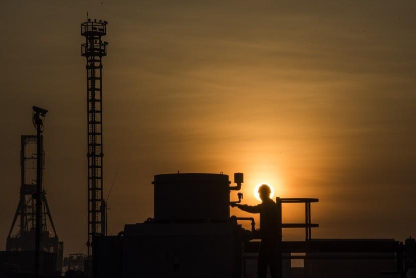 Pekerja melakukan pemeriksaan rutin saat gerhana matahari di kawasan Pembangkit Listrik Tenaga Uap dan Gas (PLTGU) Tanjung Priok, Jakarta, Rabu (9/3).