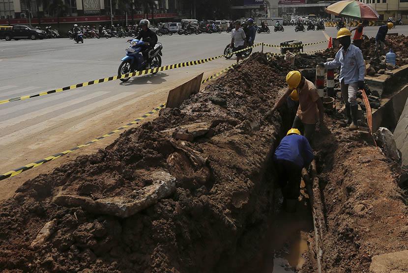 Pekerja melakukan penggalian untuk pipa gas milik Perusahan Gas Negara (PGN) di Jalan Jenderal Sudirman, Palembang, Sumatra Selatan, Selasa (3/1).