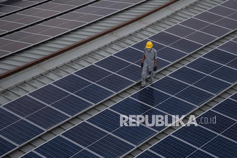 Gubernur Jawa Barat M Ridwan Kamil atau Kang Emil mendorong pelaku industri mengembangkan pembangkit listrik tenaga surya (PLTS) berbasis atap seperti yang dilakukan PT Aqua Golden Missisipi Mekarsari, Sukabumi, Jawa Barat.