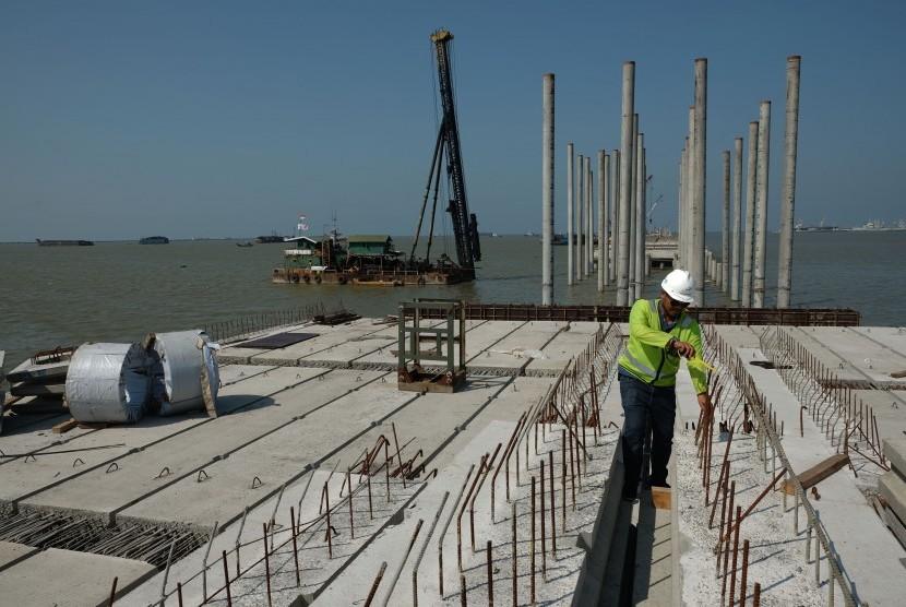 Pekerja melakukan proses pembangunan lantai jembatan dermaga Terminal Multi Purpose Pelabuhan Kuala Tanjung milik Pelindo I, di Batubara, Sumatera Utara, Jumat (11/3).