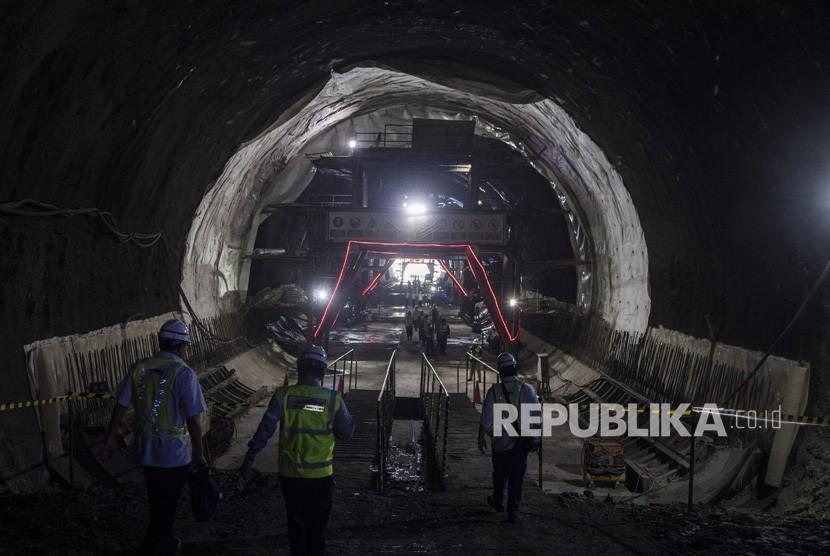 Pekerja melintas di dalam Tunnel Walini saat pengerjaan proyek Kereta Cepat Jakarta-Bandung di Kabupaten Bandung Barat, Jawa Barat, Selasa (14/5/2019).