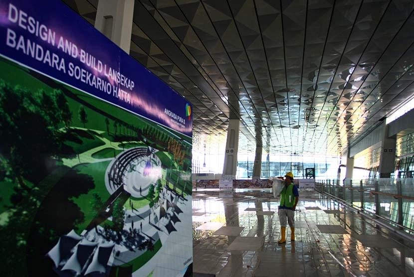 Pekerja melintas di ruang keberangkatan proyek pembangunan Terminal 3 Ultimate Bandara Soekarno Hatta, Tangerang, Banten, Rabu (27/1).