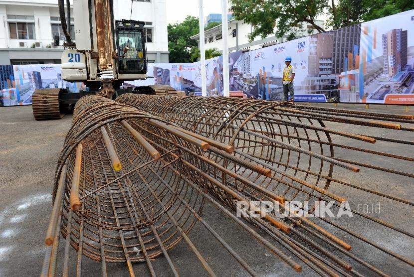 Pekerja melintas saat ground breaking Transit Oriented Development (TOD) Juanda dan Tanah Abang di Stasiun Juanda, Jakarta, Selasa (10/10).