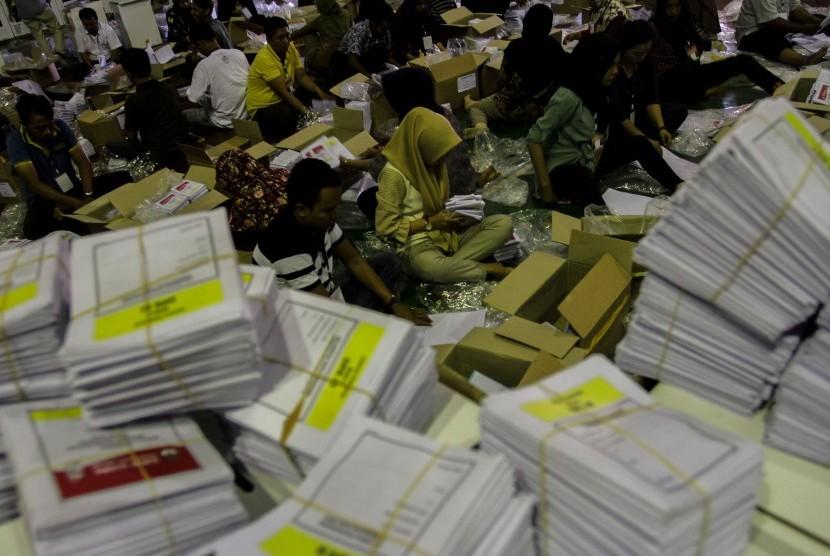Pekerja melipat dan menyortir surat suara Pemilu 2019. (Dok)