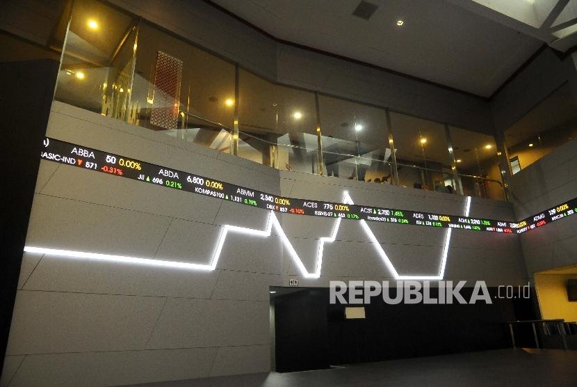Pekerja memantau pergerakan Indeks Harga Saham Gabungan (IHSG) di Gedung Bursa Efek Indonesia (BEI), Jakarta. ilustrasi