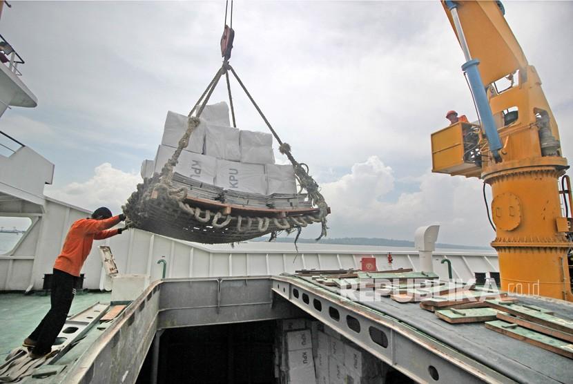 [Ilustrasi] Pekerja memasukkan kotak suara ke dalam KM Sabuk Nusantara 92 di Pelabuhan Tanjung Perak, Surabaya, Jawa Timur, Jumat (12/4/2019).
