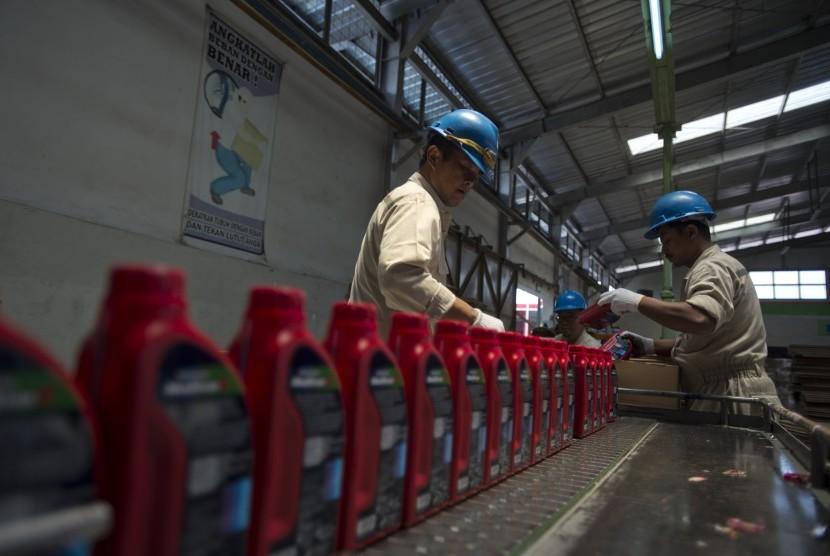 Pekerja memasukkan pelumas dalam kemasan di Production Unit Cilacap PT Pertamina Lubricants, Cilacap, Jawa Tengah, Senin (6/11).
