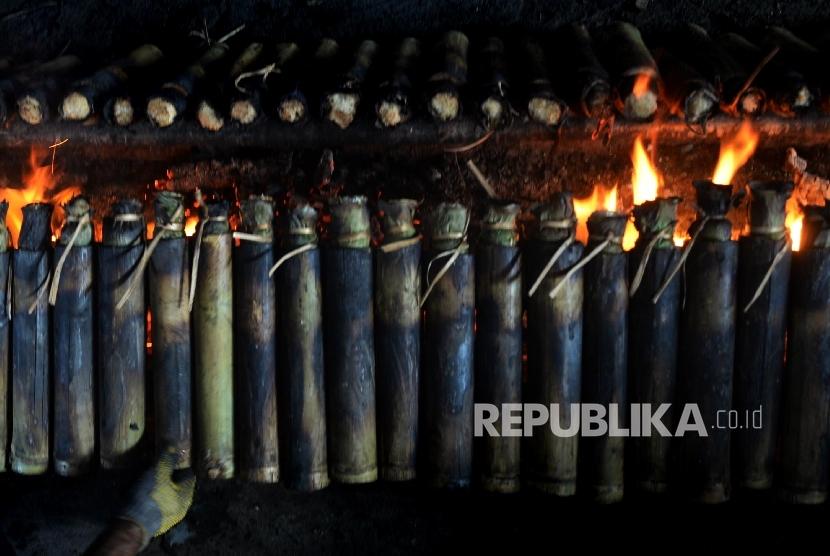 membakar lemang bambu, ilustrasi