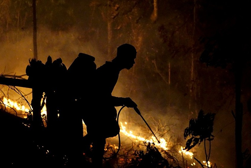 Pemadaman kebakaran di area hutan