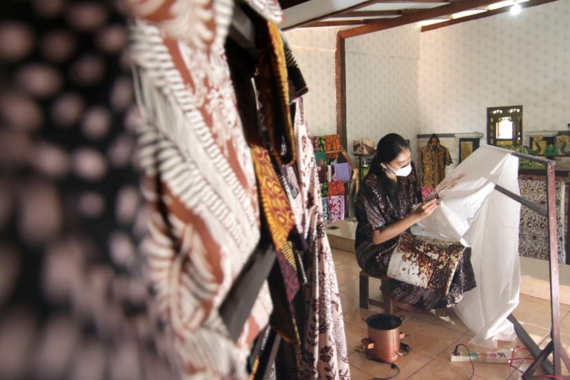 Pekerja membatik di sentra batik seblang di Banyuwangi.