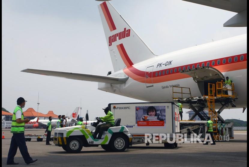 Pekerja membawa Envirotainer berisi vaksin COVID-19 Sinovac setibanya dari Beijing di Terminal Cargo Bandara Soekarno Hatta, Tangerang, Banten, Ahad (18/4).