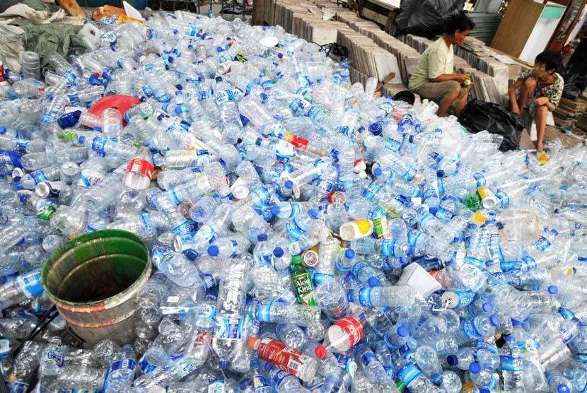 Pekerja membersihkan botol plastik bekas di penampungan botol bekas, Jakarta, Selasa (6/5).