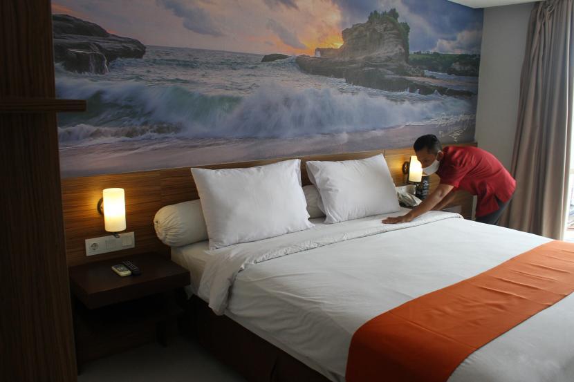 Pekerja membersihkan kamar di sebuah hotel di Malang, Jawa Timur. Perhimpunan Hotel, dan Restoran Indonesia (PHRI) Kota Malang mencatat, tingkat okupansi hotel di Kota Malang, hanya sebesar 10 persen selama masa Pemberlakuan Pembatasan Kegiatan Masyarakat (PPKM) yang merupakan upaya pemerintah untuk menekan penyebaran COVID-19.