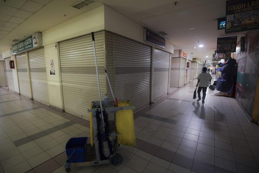 Pekerja membersihkan lantai di pertokoan Glodok, Tamansari, Jakarta Barat, Rabu (15/2).
