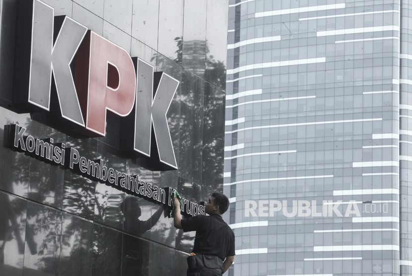 Pekerja membersihkan logo Komisi Pemberantasan Korupsi di gedung KPK, Jakarta, Senin (5/2).