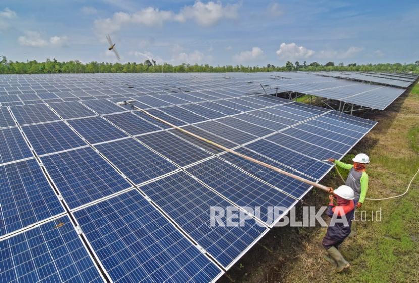 Pekerja membersihkan panel Pembangkit Listrik Tenaga Surya (PLTS) di Desa Sengkol, Kecamatan Pujut, Praya, Lombok Tengah, NTB, Selasa (2/2/2021). Berdasarkan data PLN NTB untuk potensi pengembangan Energi Baru Terbarukan (EBT) di NTB tercatat sebesar 102.74 MW dengan berbagai macam sumber EBT yaitu air (PLTM dan PLTA), bayu atau angin (PLTB), tenaga surya (PLTS), biomassa (PLTBm) dan arus laut (PLTAL) dimana dari total potensi tersebut sebesar 41.38 MW berada di pulau Sumbawa, 21.36 MW di Pulau Lombok dan masing masing sebesar 10 MW berada di Selat Lombok dan Selat Alas.