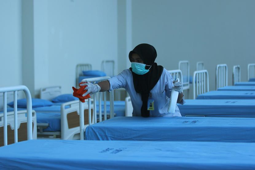 Pekerja membersihkan ranjang pasien di salah satu ruang isolasi di RS Jiwa Menur, Surabaya, Jawa Timur, Selasa (17/3/2020).