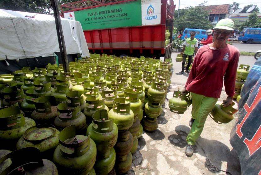 Pekerja membongkar muat gas Elpiji tiga Kg bersubsidi di agen kawasan Cibinong, Bogor, Jawa Barat, Kamis (10/1/2019).