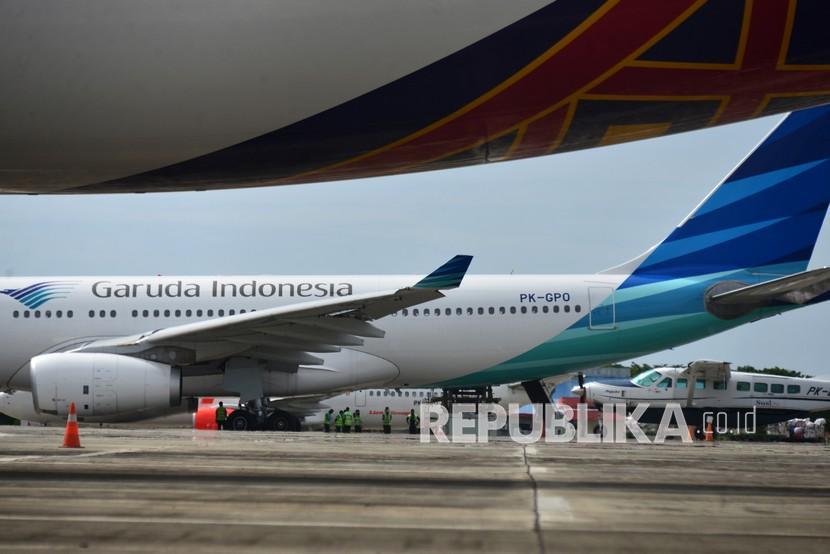 Pekerja membongkar muat kargo dari pesawat Garuda Indonesia setibanya di Bandara Internasional Sultan Iskandar Muda (SIM), Blang Bintang, Kabupaten Aceh Besar, Aceh, beberapa waktu lalu.