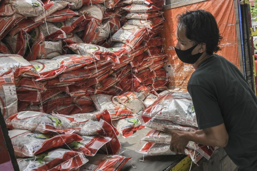 Pekerja membongkar muat bantuan beras 10 kg Program Keluarga Harapan. (ilustrasi).