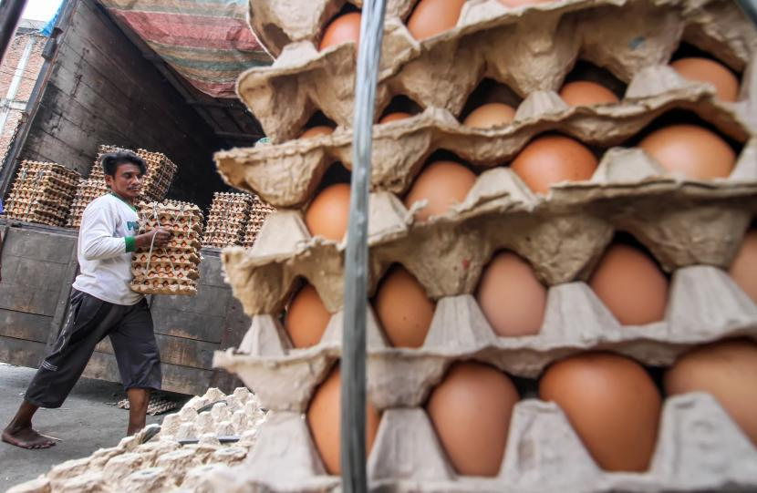 Pemberlakuan pembatasan kegiatan masyarakat (PPKM) Darurat di Jawa dan Bali ternyata ikut berimbas pada harga pangan meski diyakini tidak esktrem. Fluktuasi harga yang terpantau masih dalam batas wajar ini disinyalir juga disebabkan naiknya permintaan sejumlah komoditas menjelang Idul Adha. (Foto ilustrasi: Telur ayam)