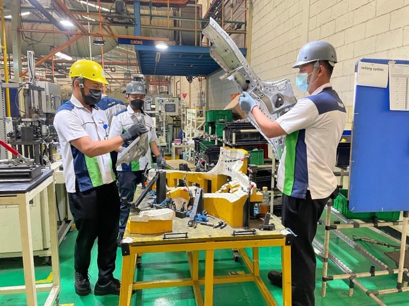 Pekerja membuat komponen otomotif di perusahaan manufaktur PT Dharma Polimetal di Cikarang, Bekasi, Jumat (17/9). Dharma Polimetal menargetkan peningkatan penjualan hingga 38,81 persen menjadi senilai Rp 3,08 triliun pada 2021.