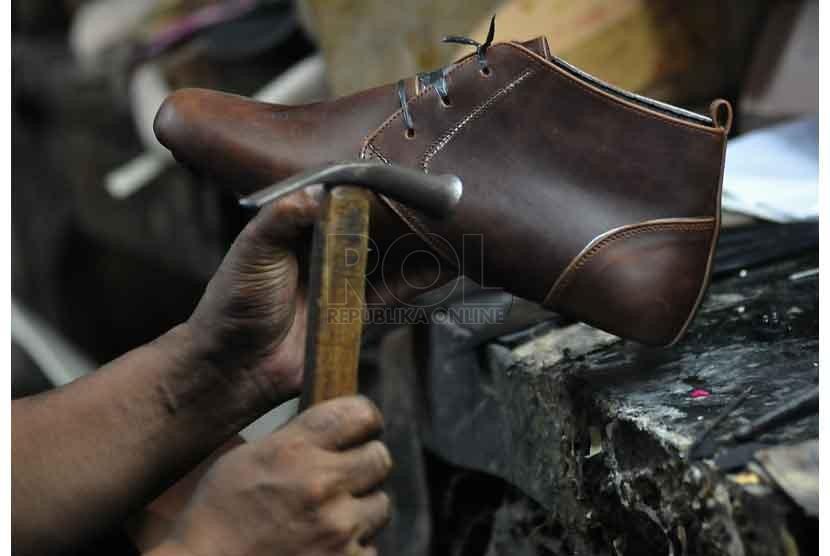 Industri sepatu produksi rumahan yang masih menggunakan alat sederhana