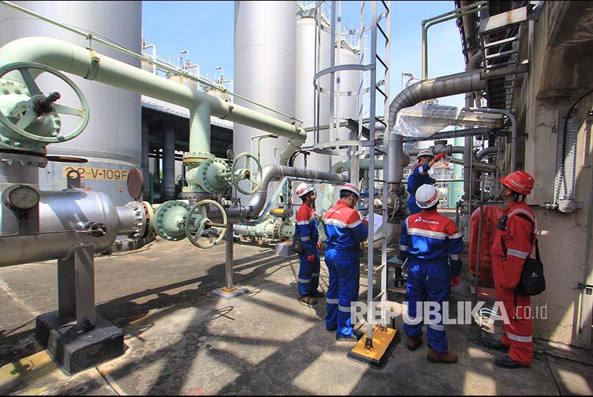 Pekerja memeriksa fasilitas pengolahan di Pertamina RU VI Balongan, Indramayu, Jawa Barat, Senin (19/2). Untuk mengantisipasi kecelakaan kerja, tim HSE Patrol melakukan pemantauan dan pengecekan fasilitas produksi kilang guna mencapai Zero Accident.