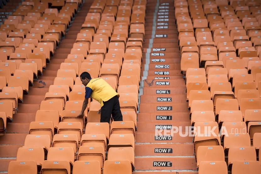 Pekerja memeriksa kondisi bangku sebelum direnovasi di Stadion Si Jalak Harupat, Kabupaten Bandung, Jawa Barat, Jumat (19/1).