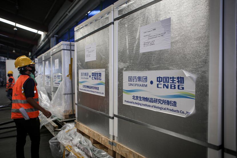 Pekerja memeriksa kondisi kontainer berisi vaksin Covid-19.