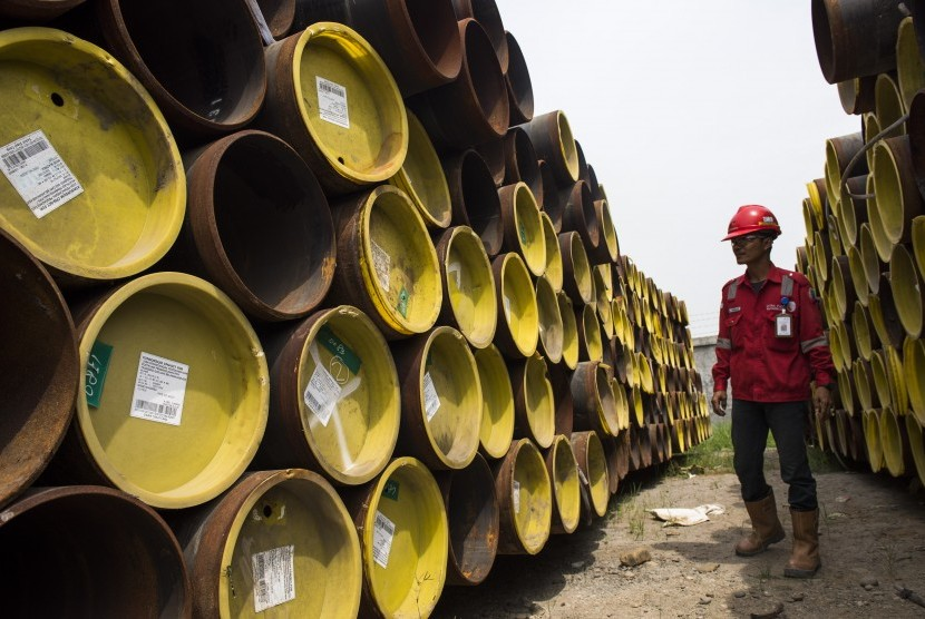 Pekerja memeriksa pipa gas untuk proyek infrastruktur energi di gudang penyimpanan Pertamina Gas (Pertagas) di Kawasan Industri Medan 3 (KIM 3), Deli Serdang, Medan, Sumatera Utara, Rabu (24/6). (Antara/M Agung Rajasa)