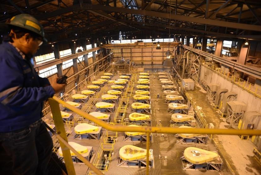 Pekerja memeriksa proses pengolahan biji tambang untuk memisahkan mineral berharga dari pengotornya (Sellplotasi) PT Freeport Indonesia, Tembagapura, Mimika, Papua.