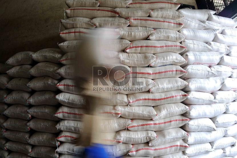 Pekerja memikul karung beras di Pasar Induk Cipinang, Jakarta, Kamis (15/10).