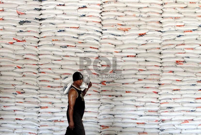 Pekerja memindahkan beras di Gudang Bulog Divisi Regional DKI Jakarta, Selasa (30/9). (Republika/ Yasin Habibi)