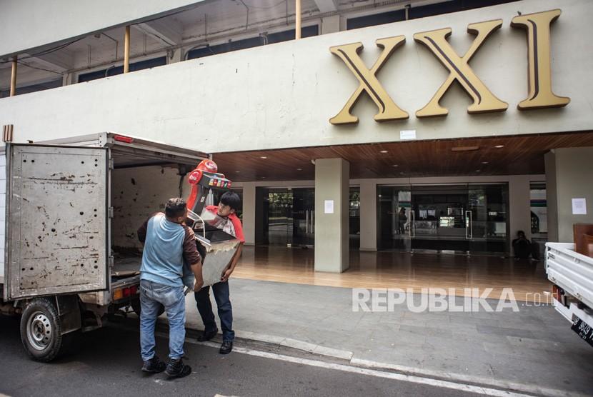 Pekerja memindahkan sejumlah barang ke atas kendaraan di depan bioskop XXI Taman Ismail Marzuki (TIM) yang per 19 Agustus 2019 sudah tidak beroperasi lagi, di Jakarta, Senin (19/8/2019).