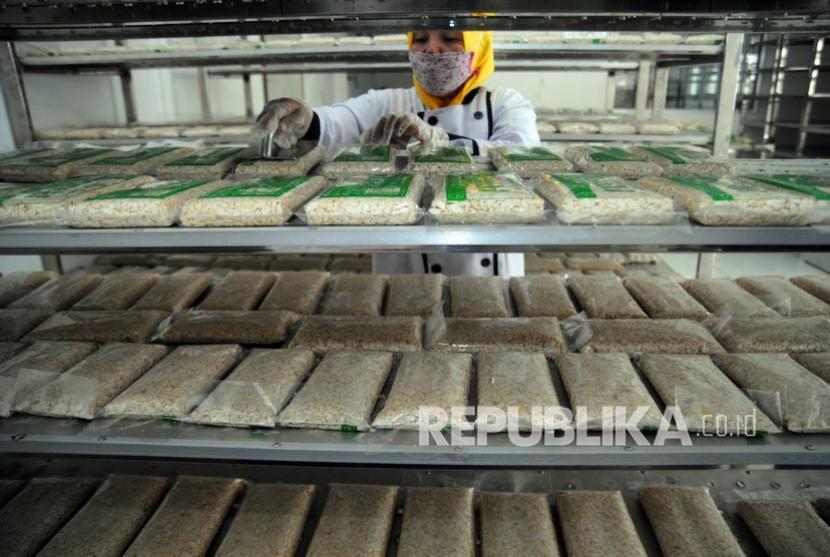 Pekerja memproduksi tempe di rumah tempe a-zaki, Perumahan Bogor Raya Permai, Kelurahan Curug, Kota Bogor, Jawa Barat, Senin (21/6/2021). Produksi tempe yang diolah dengan proses yang higienis dan berkualitas sesuai standar BPOM tersebut mampu menghasilkan 4,8 ton tempe untuk ekspor ke Jepang sebagai komoditas produk pangan yang bisa tembus pasar internasional di masa pendemi COVID-19.