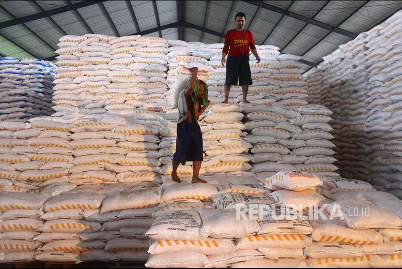 Pekerja menata stok pupuk NPK bersubsidi saat monitoring penyaluran stok pupuk bersubsidi di Gudang Penyangga Petrokimia Gresik, Pakisaji, Malang, Jawa Timur, Kamis (6/12)