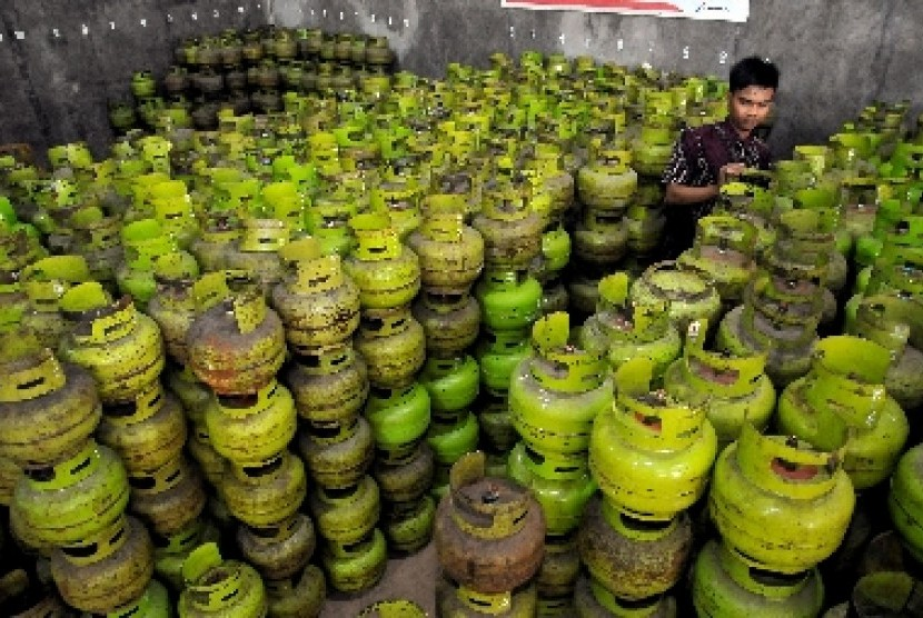 Pekerja menata tabung gas elpiji 3 Kg di salah satu agen gas elpiji (ilustrasi).