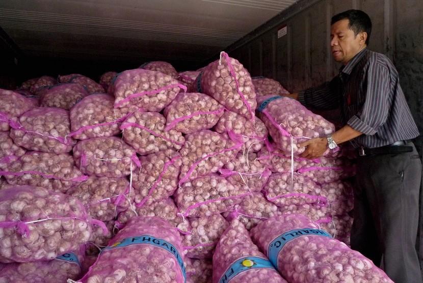 Pekerja menata tumpukan bawang putih saat operasi pasar bawang putih di Semarang, Jawa Tengah, Jumat (2/6). Operasi pasar serupa yang diselenggarakan oleh Kementerian Perdagangan juga digelar di dua pasar di Solo.
