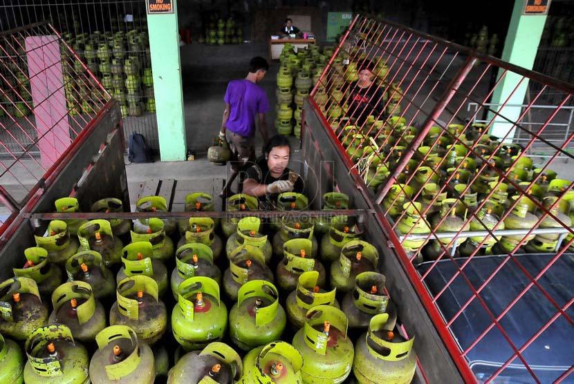 Pekerja mendistribusikan tabung gas tiga kilogram kepada pengecer di agen elpiji di kawasan Mampang Prapatan,Jakarta, Kamis (3/7).(Republika/Prayogi).