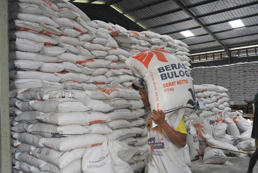 Pekerja mengangkut karung berisi beras stok di Gudang Bulog (Ilustrasi)