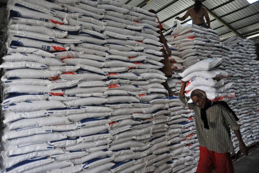 Pekerja mengangkut stok beras BULOG untuk didistribusikan ke pasar-pasar di Gudang Sub-Divre BULOG Serang, di Serang, Banten, Jumat (10/5/2019).