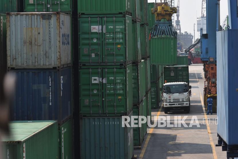 Aktivitas bongkar muat peti kemas di Pelabuhan Tanjung Priok, Jakarta (ilustrasi). JICT mengingatkan supir truk untuk tidak memberi pungli.