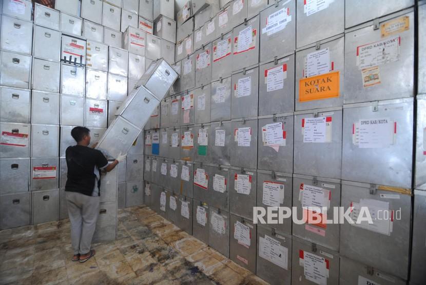 Pekerja mengeluarkan kotak suara Pemilu 2014 di Gudang KPU Sumenep, Jawa Timur, Ahad (21/4/2019).