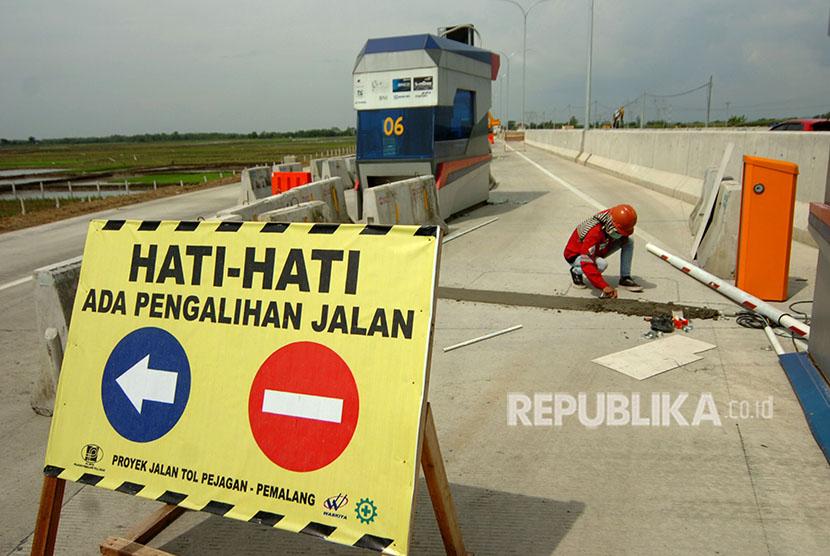 Pekerja mengerjakan pembangunan gerbang tol di jalan tol Brebes Timur-Pemalang, Desa Kertasari, Kabupaten Tegal, Jawa Tengah, Kamis (24/5).